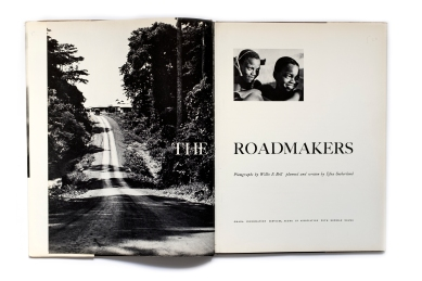 Title: The Roadmakers; A picture book of Ghana Photographer(s): Willis E. Bell Designer(s): R. Marghieri Writer(s):Efua Sutherland Publisher:Ghana Information Services, Accra 1961 in association Newman Name Pages: 80 Language: French ISBN: – Dimensions: 24 x 31.5 cm Edition: – Country: Gabon
