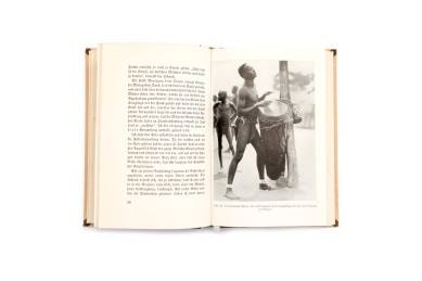 Title: Gari-Gari. Leben und Abenteuer bei den Negern zwischen Nil und Kongo Photographer(s): unknown (Hugo Adolf Bernazik) Designer(s): - Writer(s): Hugo Adolf Bernazik Publisher: Deutsche Buch Gemeinschaft, Berlin 1930 Pages: 208 Language: German ISBN: - Dimensions: 13 x 19 cm Edition: Country: Sudan