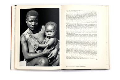 Title: Pygmeeën Photographer(s): Paul Julien Designer(s): – Writer(s): Paul Julien Publisher: Scheltens & Giltay, Amsterdam 1953 Pages: 256 Language: Dutch ISBN: - Dimensions: 19 x 26.5 cm Edition: Country: Various countries