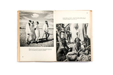 Title: Le Niger en pirogue Photographer(s): Jean Rouch Designer(s): - Writer(s): Jean Rouch Publisher: Nathan, Paris 1954 (from the series Terres et Hommes) Pages: 88 Language: French ISBN: - Dimensions: 14 x 20.5 cm Edition: – Country: Various countries
