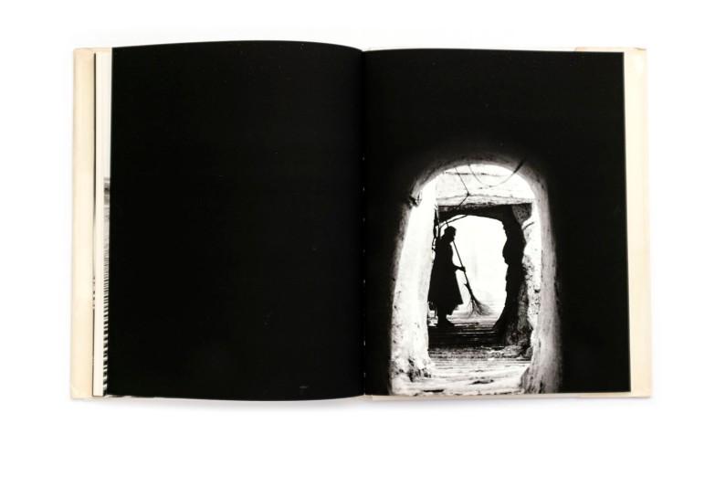 Title: Lumières du M'Zab Photographer(s):Christian Bossu-Picat, Philippe Rollet, Manuelle Roche Designer(s): – Writer(s): Claude Pavard Publisher: Editions Delroisse, Boulongne-Billancourt 1974 Pages: 164 Language:French, English and Arabic ISBN: – Dimensions:21 x 28 cm Edition: – Country: Algeria