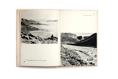 Title: Hoggar. Touaregs, derniers seigneurs Photographer(s): Jean Malaurie Designer(s): – Writer(s): Jean Malaurie Publisher: Nathan, Paris 1954 (from the series Terres et Hommes) Pages: 88 Language: French ISBN: – Dimensions: 14 x 20.5 cm Edition: – Country: Algeria