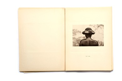 Title: Etnografia Angolana Photographer(s): Fernando Mouta Designer(s): – Writer(s): Fernandon Mouta Publisher: Litografia Nacional, Porto 1933 Pages: Portfolio containing 48 plates, a map and 10 page booklet Language: Portuguese, French and English ISBN: – Dimensions: 25 x 34 cm Edition: Country: Angola Portfolio published for the 1st Colonial Exposition in Lisbon, 1934