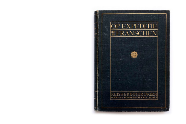 Title: Op expeditie met de Franschen. Reisherinneringen aan de Fransch-Liberiaanse grensregeling-expeditie in de jaren 1908 en 1909 Photographer(s): S. P. L'Honoré Naber and J. J. Moret Designer(s): – Writer(s): S. P. L'Honoré Naber and J. J. Moret Publisher: Mouton & Co., The Hague 1910 Pages: 244 with a map Language: Dutch ISBN: - Dimensions: 18 x 25.5cm Edition: – Country: Liberia