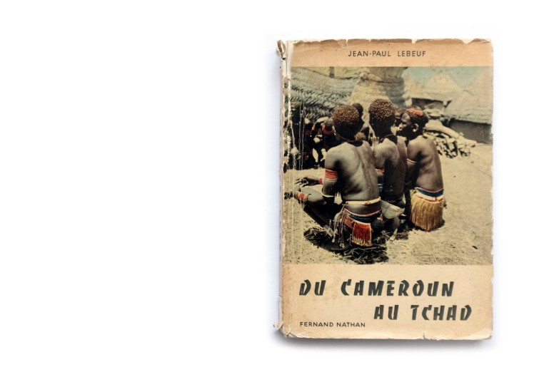 Title: Du Cameroun au Tchad Photographer(s): Jean-Paul Lebeuf (avec l'aide de Genevieve Rouch) Designer(s): – Writer(s): Jean-Paul Lebeuf Publisher: Fernand Nathan, Paris 1954 (from the series Terres et Hommes) Pages: 88 Language: French ISBN: – Dimensions: 14 x 20.5 cm Edition: – Country: Cameroun and Tchad