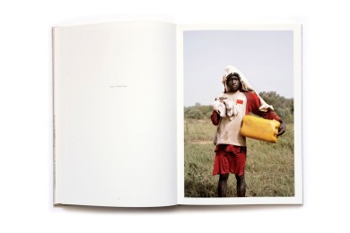 Title: Inside Niger Photographer(s): Nicola Lo Calzo Designer(s): Loreen Lampe Writer(s): Laura Serani, Sami Tchak Publisher: Kehrer Verlag, Heidelberg 2012 Pages: 112 Language: French ISBN: 978-3-86828-353-2 Dimensions: 21.4 x 31 cm Edition/Print run: Country: Niger