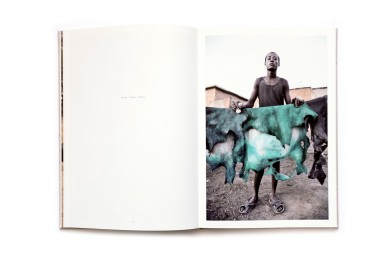 Title:Inside Niger Photographer(s):Nicola Lo Calzo Designer(s):Loreen Lampe Writer(s): Laura Serani, Sami Tchak Publisher: Kehrer Verlag,Heidelberg 2012 Pages: 112 Language:French ISBN:978-3-86828-353-2 Dimensions:21.4 x 31 cm Edition/Print run: Country:Niger
