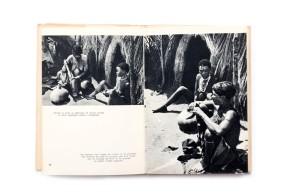 Title: Kalahari. La vie des Bochimans Photographer(s):Jacques Mauduit Designer(s): – Writer(s): Jacques Mauduit Publisher: FernandNathan, Paris 1953 (from the series Terres et Hommes) Pages: 88 Language:French ISBN: - Dimensions:14 x 20.5 cm Edition: Country:Namibia (?)
