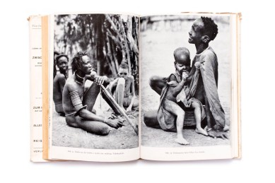 Title: Zwischen weissem Nil und Kongo Photographer(s): various photographers Writer(s): Hugo Adolf Bernatzik Designer(s): – Publisher: Verlag Anton Schroll & Co., Vienna 1943 Pages: 70 text pages, 170 photographic plates Language: German ISBN: – Dimensions: 15.5 x 23 cm Edition:  Country: Various countries