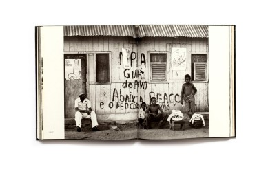 Title: Bilder aus Angola Photographer(s): Jochen Moll Writer(s): Cathérine Gittis and Hans-Dieter Bräuer Designer(s): Interdruck Graphischer Publisher: Edition Leipzig, Leipzig 1979 Pages: 160 Language: German ISBN: – Dimensions: 19.5 x 22.5 cm Edition: - Country: Angola