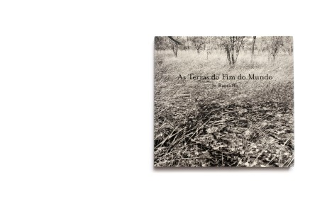 Title: As Terras do Fim do Mundo Photographer(s): Jo Ractliffe Writer(s): Jo Ractliffe Designer(s): Gabriella Guy Publisher: Michael Stevenson, Cape Town 2010 Pages: 126 Language: English ISBN: 978-0-620-48551-7 Dimensions: 31.5 x 28.5 com Edition: Country: Angola