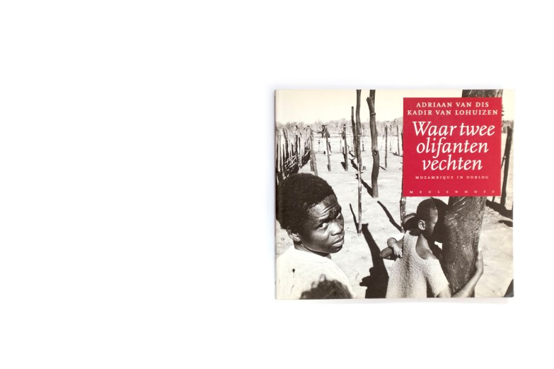 Title: Waar twee olifante vechten Photographer(s): Kadi van Lohuizen Designer(s): Zeno Writer(s): Adriaan van Dis Publisher: Meulenhoff, Amsterdam 1992 Pages: 96 Language: Dutch ISBN: 9029026243 Edition: Dimensions: 24 x 21 cm Country: Mozambique