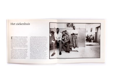 Title: Waar twee olifante vechten Photographer(s):Kadi van Lohuizen Designer(s): Zeno Writer(s): Adriaan van Dis Publisher: Meulenhoff, Amsterdam 1992 Pages: 96 Language:Dutch ISBN:9029026243 Edition: Dimensions: 24 x 21 cm Country: Mozambique