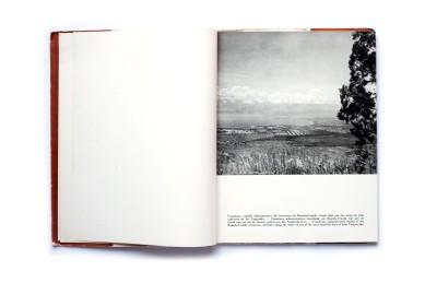 Title:Ruanda-Urundi Photographer(s): J. Cayet, Ch.Dessart Designer(s): – Writer(s): Georges Sandrart Publisher: Charles Dessart,Brussels, 1953 Pages:136 Language: French, Dutch, English ISBN: Edition: – Dimensions: 21 x 27,5 cm Country: Ruanda, Burundi