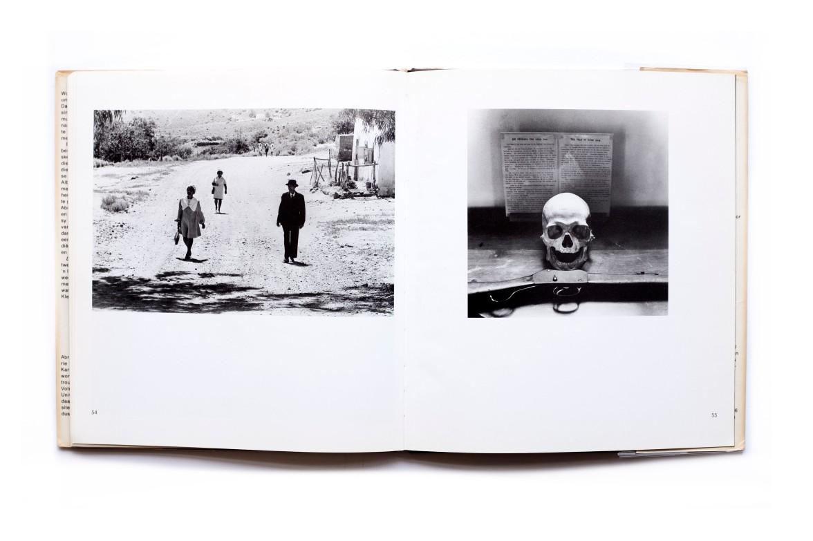 Title: Die Klein Karoo 'n legkaart Photographer(s):Paul Alberts Designer(s): G&G Writer(s): Abraham H. de Vries Publisher: Tafelberg - Uitgewers, Cape Town 1977 Pages:56 pp Language:Afrikaans ISBN: 0 624 01004 X Dimensions:22.5cm x 25cm Edition: – Country:South Africa
