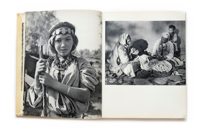 Title: Terre Marocaine Photographer(s): Mireille Horin-Barde Designer(s): – Writer(s): Mireille Horin-Barde Publisher: Ides et Calendes, Neuchâtel 1957 Pages: 80 Language: French and English ISBN: – Dimensions: 22 x 28,5 cm Edition: ? Country: Morocco